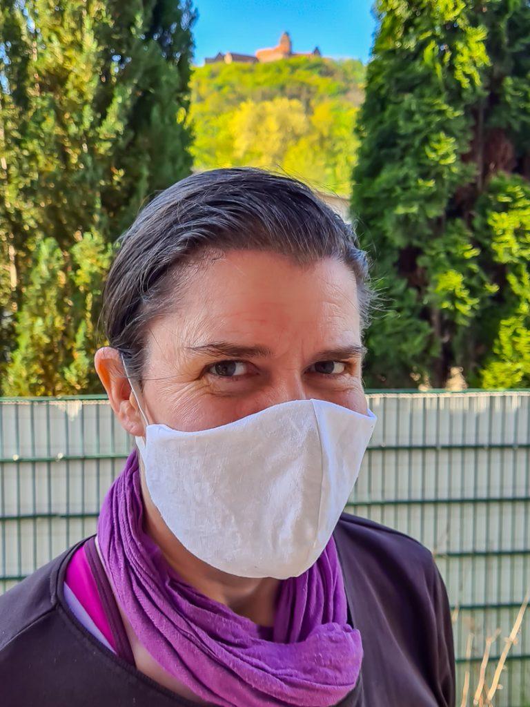 Model mit Atemschutzmaske